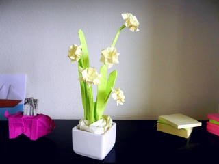 sticky note origami daffodil